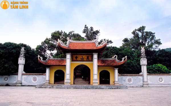 Cổng tam quan chùa Côn Sơn