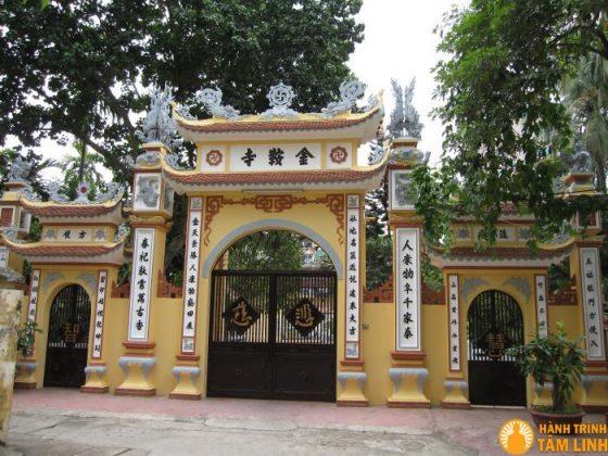 Cổng tam quan chùa Xã Đàn