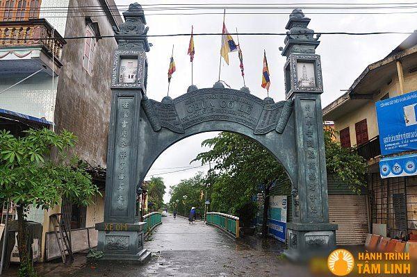 Cổng vào chùa Cổ Lễ từ đường quốc lộ