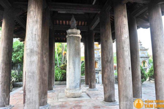 Cột kinh làm bằng đá, cao hơn 3m, tiết diện hình bát giác, trên thân cột có khắc chữ Hán gồm: Lạc khoản, Kệ, Kinh