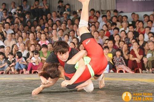 Đấu vật nữ ở lễ hội chùa Nành