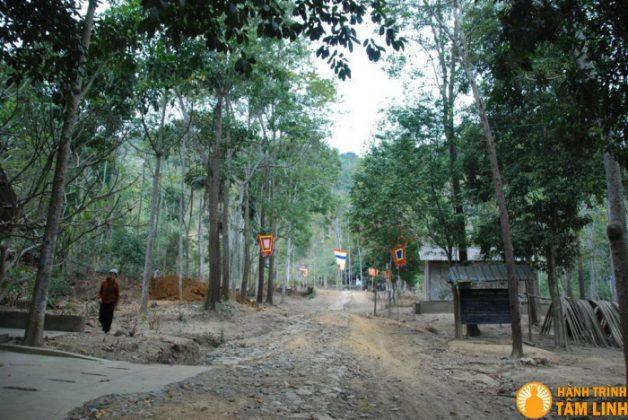 Đường lên chùa Thạch Long