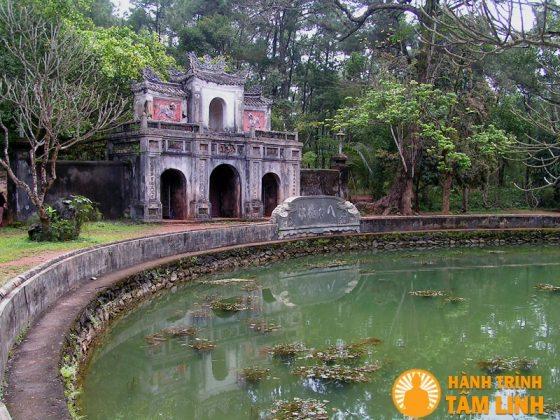 Hồ Bán Nguyệt chùa Từ Hiếu