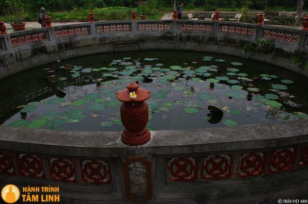 Hồ nước trong chùa