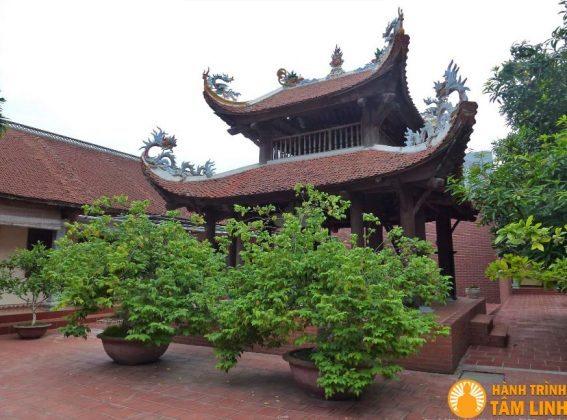 Lầu chuông ở sân chùa Nga My