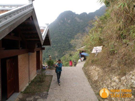Lối ra thác Vàng phía đông chùa Hoa Yên