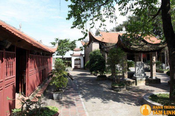 Lối vào cổng phụ chùa Chèm