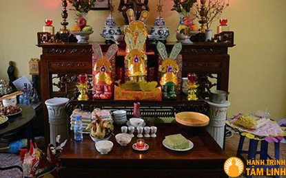 Vào ngày 23 tháng chạp người Việt thường bày mâm cỗ trước bàn thờ gia tiên để làm lễ tiễn ông Công, ông Táo về chầu trời.