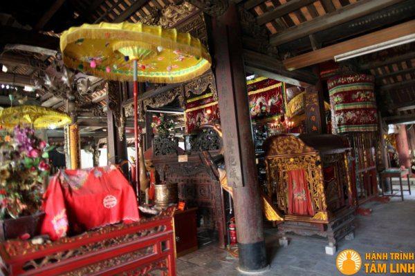 Mặt bên chính điện chùa Chèm
