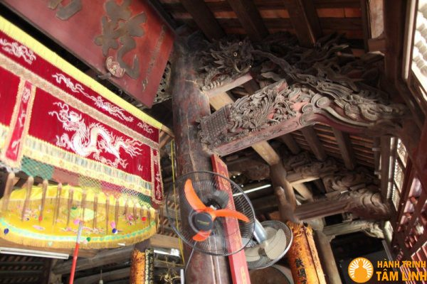 Nóc chùa được trạm khắc tinh xảo