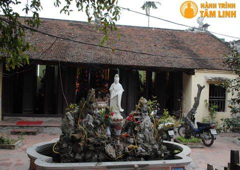 Phía trước chính điện chùa Quang Hoa