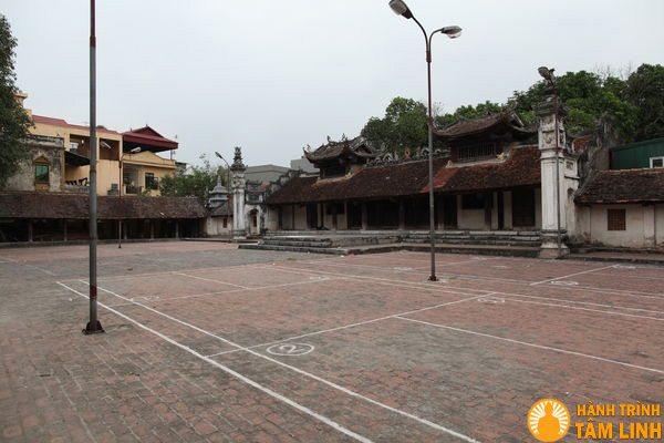 Sân chùa chùa Nành