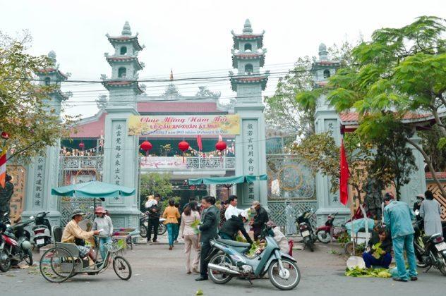Tam quan chùa Pháp Lâm