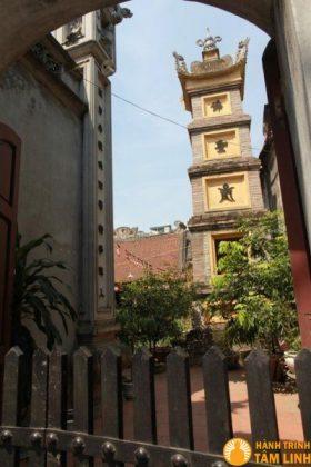 Tháp mộ trong sân chùa