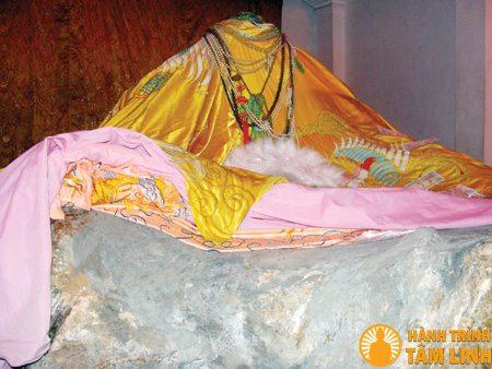 Tượng cụ đầu công chúa Mỵ Châu