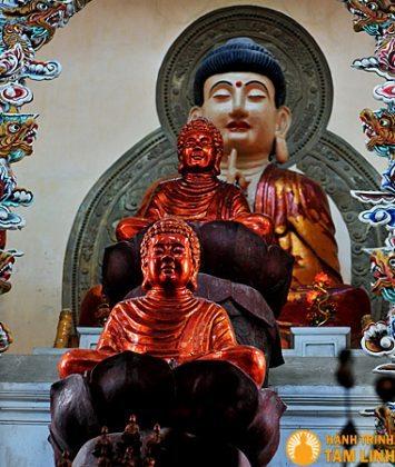 Tượng Phật trong chùa
