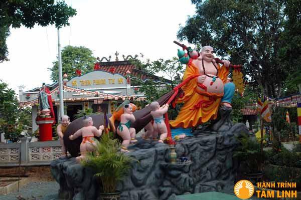 Vườn tượng Di Lặc Chùa Thiên Phước