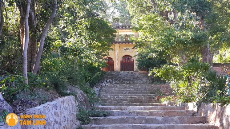 Bậc đá lên tam quan chùa
