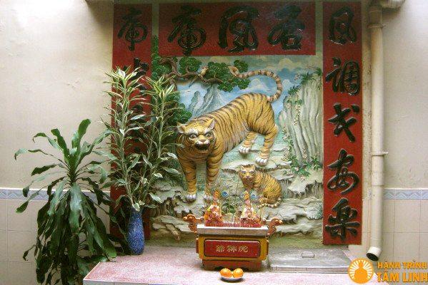 Bàn thờ Bạch hổ ở chùa Ông Bổn (Sóc Trăng)
