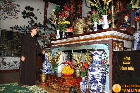 Bàn thờ Mẫu chùa Cầu Đông