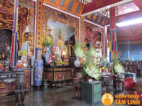 Bàn thờ chính trong Địa Tạng Đường
