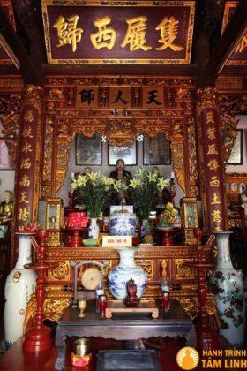 Bàn thờ tổ chùa Chân Tiên