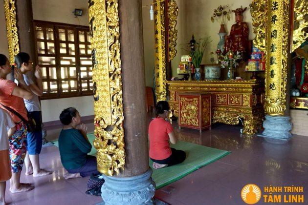 Bên trong chính điện chùa Bồ Đề