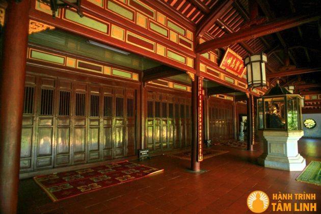 Bên trong điện Đại Hùng chùa Thiên Mụ