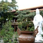 Bên trong khuôn viên chùa Quảng Hương Già Lam