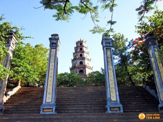 Bốn trụ biểu và các bậc thang dẫn lên chùa Thiên Mụ