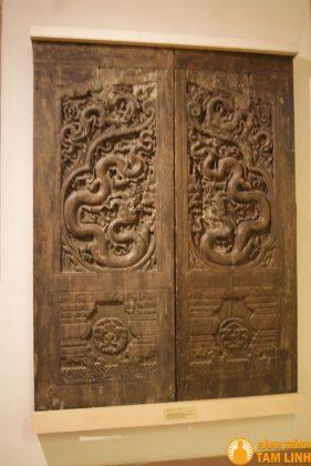 Chạm khắc gỗ trên hai cánh cửa