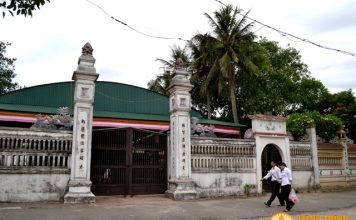 Cổng chùa Cần Linh