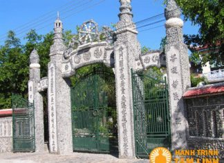 Cổng tam quan chùa