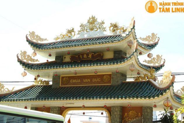 Cổng Tam Quan chùa Vạn Đức
