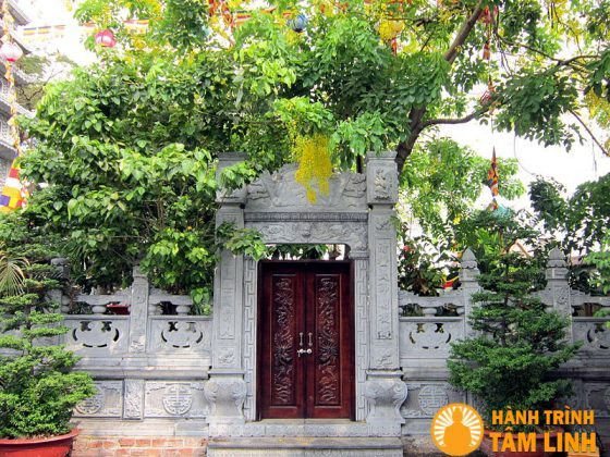 khuôn cửa và tường rào tháp Vĩnh Nghiêm cũng được làm bằng đá