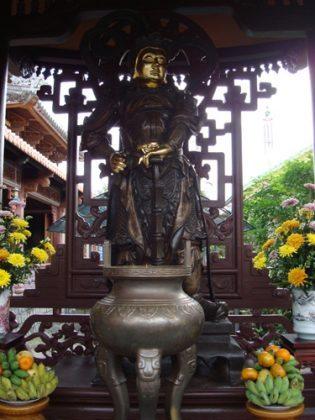 Điện thờ chùa Linh Sơn