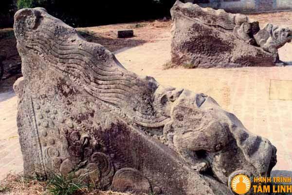 Đôi sấu đá trong chùa