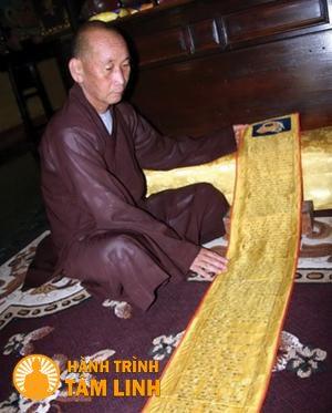 Hòa thượng Thích Lưu Hòa bên bản cổ kinh