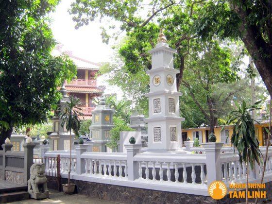 Khu tháp mộ trong chùa Giác Lâm