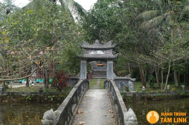 Khuôn viên bên trong chùa Trúc Lâm