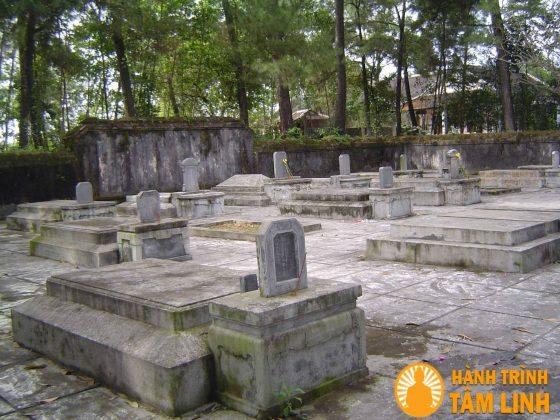 Lăng thái giám trong chùa Từ Hiếu