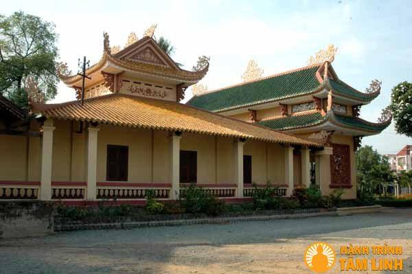 Mặt bên chùa Huê Nghiêm