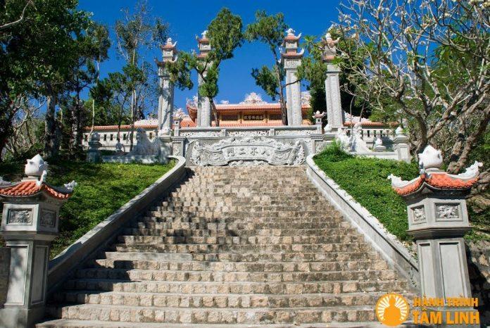 Mặt chính chùa Hải Đức