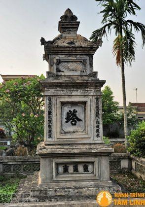 Ngôi tháp cổ trong vườn chùa