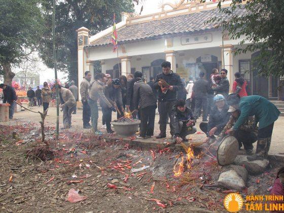 Người dân thắp hương và đốt vàng trước cửa chùa