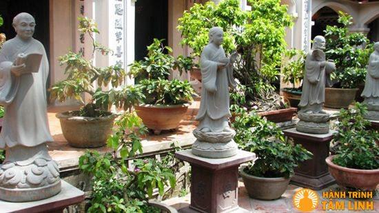 Những bức tượng trong sân chùa