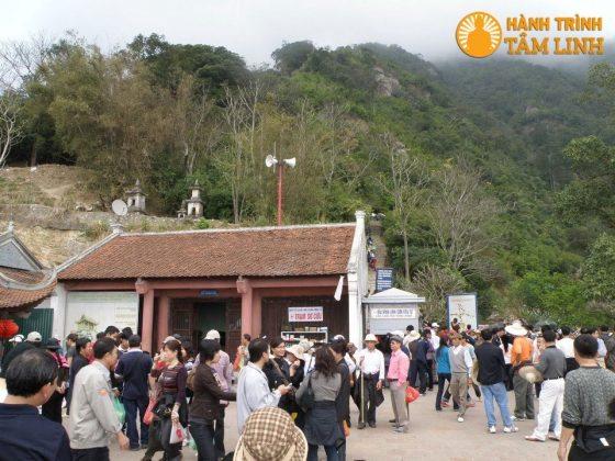 Phía tây chùa Hoa Yên
