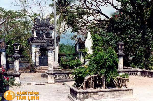 Sân chùa Linh Sơn