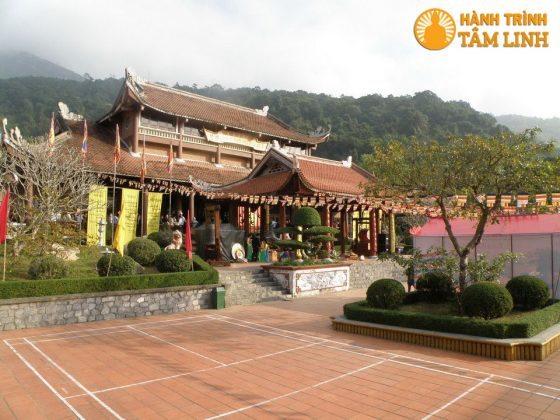 Sân nhà ga cáp treo lên chùa Hoa Yên