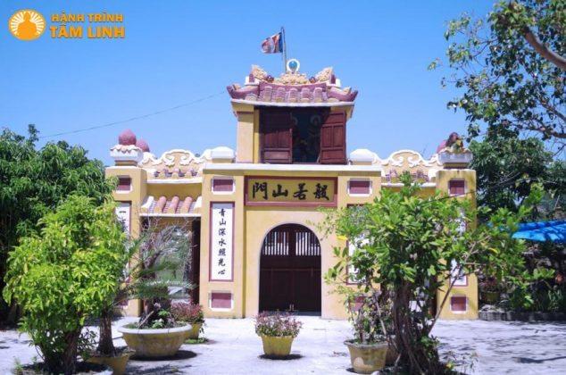 Tam quan chùa Hải Tạng